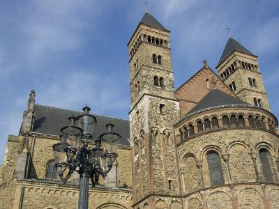 https://imgc.artprintimages.com/img/print/basilica-of-saint-servatius-maastricht-limburg-netherlands_u-l-p840kp0.jpg?p=0