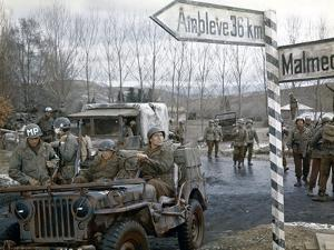 BATTLE OF THE BULGE, 1965 directed by KEN ANNAKIN James MacArthur and Ty Hardin (photo)