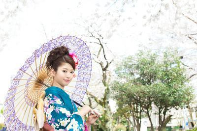 https://imgc.artprintimages.com/img/print/beautiful-japanese-kimono-woman_u-l-q1045dl0.jpg?p=0