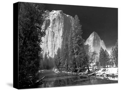 A Long Exposure and a Full Moon Light Up the Yosemite Valley