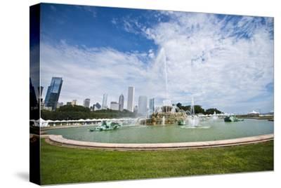 Illinois, Chicago, Grant Park, Buckingham Fountain and Loop Skyline Background