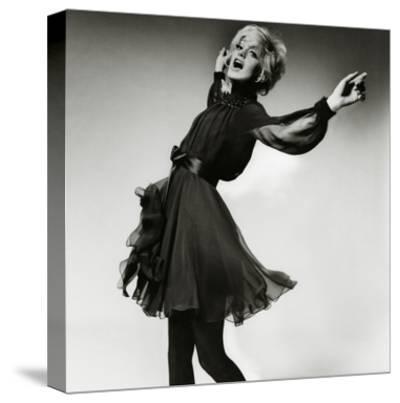 Vogue - August 1969 - Goldie Hawn