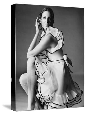 Vogue - June 1968 - Gayle Hunnicutt in Oscar de la Renta