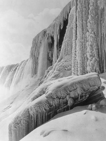 Horseshoe Falls Covered in Ice