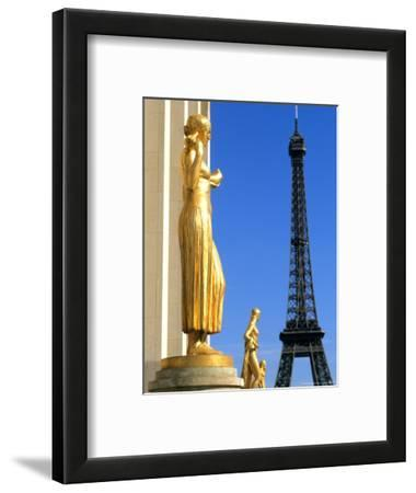 Statues with Eiffel Tower, Paris, France