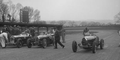 Alfa Romeo and two Bugatti Type 35s on the start line, Donington Park, Leicestershire, 1935
