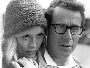 BONNIE AND CLYDE, 1967 directed by ARTHUR PENN On the set, Faye Dunaway and the director Arthur Pen