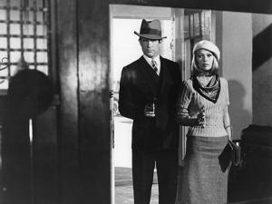 BONNIE AND CLYDE, 1967 directed by ARTHUR PENN Warren Beatty and Faye Dunaway (b/w photo)