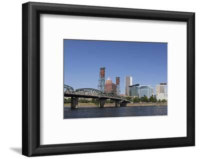 USA, Oregon, Portland. Downtown and the Hawthorne Bridge
