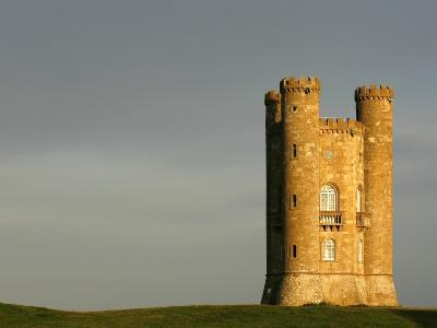 Broadway Tower standing prominently in the Cotswolds-Glyn Thomas-Photographic Print