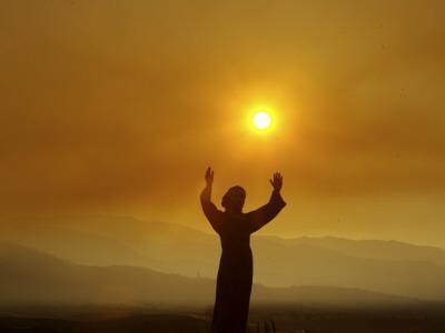 https://imgc.artprintimages.com/img/print/bronze-statue-of-jesus-stands-at-cemetery-overlooking-a-wildfire-burning-in-anaheim-hills-area_u-l-q10oqbn0.jpg?p=0
