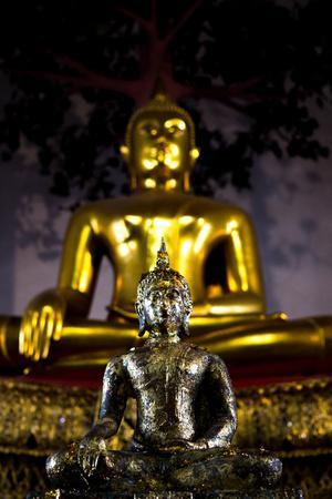 https://imgc.artprintimages.com/img/print/buddha-statues-at-the-grand-palace-in-bangkok-thailand_u-l-q1bbmyd0.jpg?p=0
