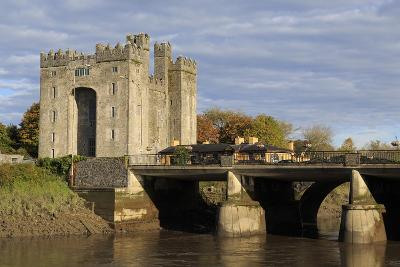 Bunratty Castle, County Clare, Munster, Republic of Ireland, Europe-Richard Cummins-Photographic Print