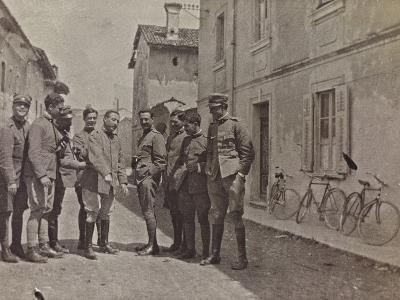 Campagna Di Guerra 1915-1916-1917-1918: Group Portrait with Soldiers--Photographic Print