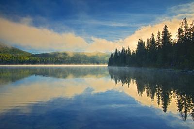 https://imgc.artprintimages.com/img/print/canada-alberta-jasper-national-park-pyramid-lake-at-sunrise_u-l-q1df2jw0.jpg?p=0