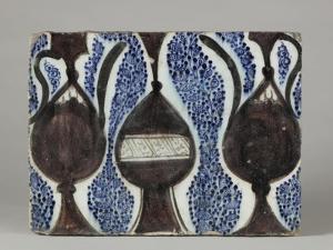 Carreau à décor de vase et pichets