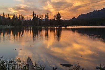 USA, Colorado, Rocky Mountain National Park. Sprague Lake at Sunset