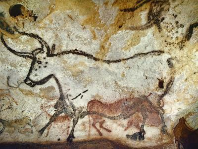 Cave of Lascaux, Great Hall, Left Wall: Second Bull, Below: Kneeling Red Cow, C. 17,000 BC--Giclee Print