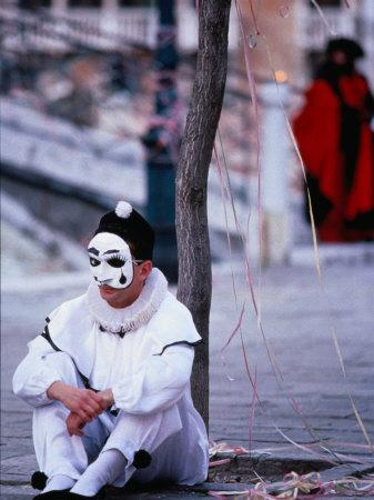 https://imgc.artprintimages.com/img/print/character-from-commedia-dell-arte-in-pierrot-mask-venice-italy_u-l-p1zeqa0.jpg?p=0