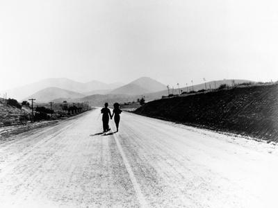 """Charlie Chaplin, Paulette Goddard. """"The Masses"""" 1936, """"Modern Times"""" Directed by Charles Chaplin--Photographic Print"""