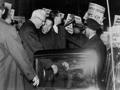 https://imgc.artprintimages.com/img/print/chief-justice-earl-warren-braves-protesters-against-the-school-prayer-ruling-1963_u-l-pihlw00.jpg?p=0