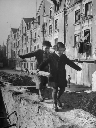 Children Playing-Nat Farbman-Photographic Print