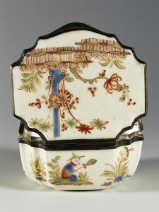 Chinoiserie Decorated Snuffbox Depicting People and Hedge Motifs, Ca 1740, China