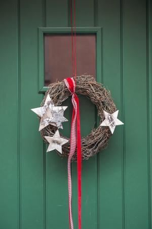 https://imgc.artprintimages.com/img/print/christmas-decoration-wreath-on-front-door-wertheim-germany_u-l-pn5dy70.jpg?p=0