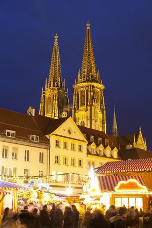 https://imgc.artprintimages.com/img/print/christmas-market-in-neupfarrplatz-with-the-cathedral-of-saint-peter-in-the-background_u-l-pwfeiv0.jpg?p=0