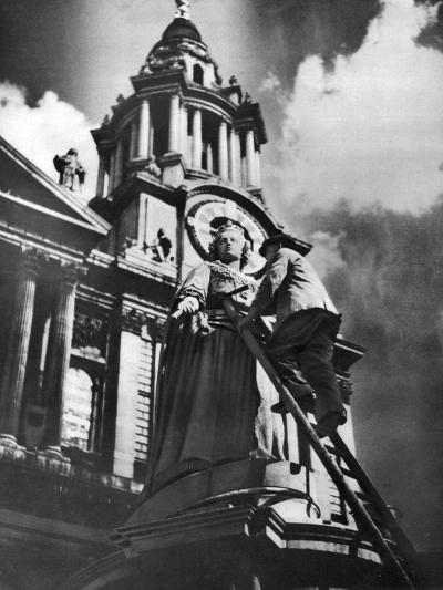 Cleaning the Statue of Queen Anne as Part of King George V's Silver Jubilee Celebrations, 1935--Giclee Print