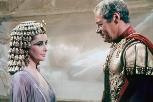 CLEOPATRA, 1963 directed by JOSEPH L. MANKIEWICZ Elizabeth Taylor / Rex Harrison (photo)