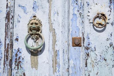https://imgc.artprintimages.com/img/print/close-up-of-old-door-with-door-knocker_u-l-q13hojx0.jpg?p=0