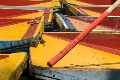 https://imgc.artprintimages.com/img/print/close-up-of-the-colourful-wooden-boats-at-the-floating-gardens-in-xochimilco_u-l-pngiu30.jpg?artPerspective=n