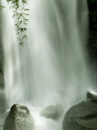 https://imgc.artprintimages.com/img/print/close-view-vertical-of-trafalgar-falls-hitting-the-rocks-below_u-l-p3q66b0.jpg?p=0