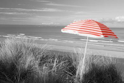 https://imgc.artprintimages.com/img/print/color-pop-beach-umbrella-on-the-beach-saunton-north-devon-england-living-coral_u-l-q1fimk80.jpg?p=0