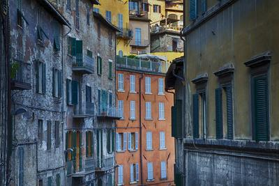 https://imgc.artprintimages.com/img/print/colorful-building-of-the-town-of-perugia_u-l-pu4g290.jpg?p=0