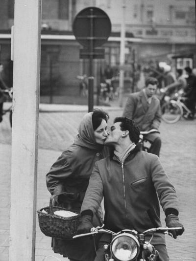 Couple Kissing in the Street-Stan Wayman-Photographic Print