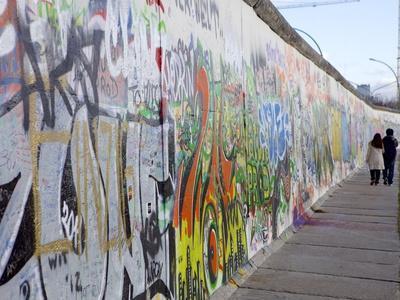 https://imgc.artprintimages.com/img/print/couple-walking-along-the-east-side-gallery-berlin-wall-mural-berlin-germany-europe_u-l-pxxdia0.jpg?p=0