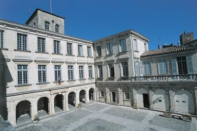 https://imgc.artprintimages.com/img/print/courtyard-of-a-castle-chateau-de-simiane-valreas-provence-alpes-cote-d-azur-france_u-l-pv881b0.jpg?p=0