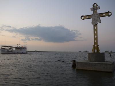Cross Commemorating Victims of Hurricane Katrina-Tyrone Turner-Photographic Print