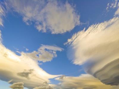 https://imgc.artprintimages.com/img/print/cumulus-and-lenticular-clouds-at-sunrise_u-l-pzl18e0.jpg?p=0