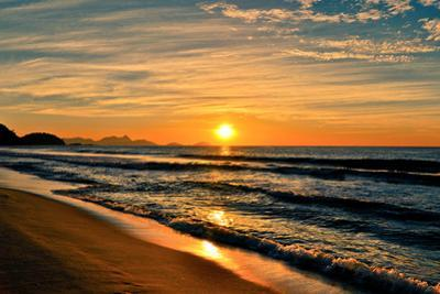 Beautiful Sunrise In The Beach by dabldy