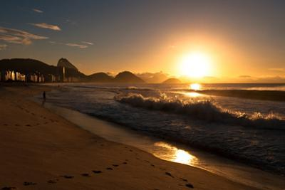 Sunrise in Copacabana Beach by dabldy
