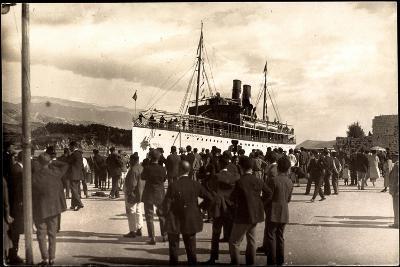 Dampfschiff Karacjorcje Im Hafen, Zuschauer--Giclee Print