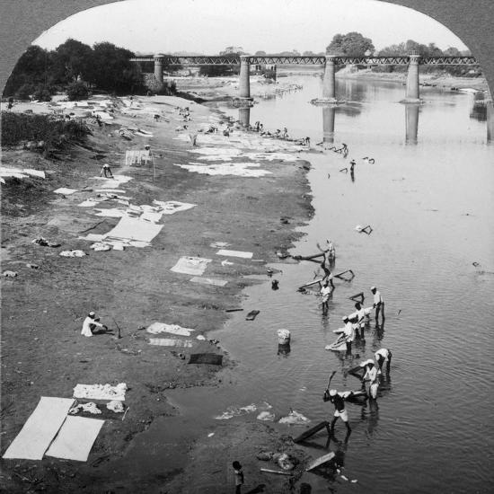 Dbobies Washing Clothes in the Goomti River, Near Lucknow, India, 1900s-Underwood & Underwood-Photographic Print