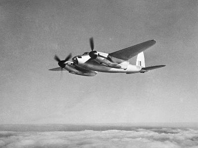 De Havilland Mosquito in Flight--Photographic Print