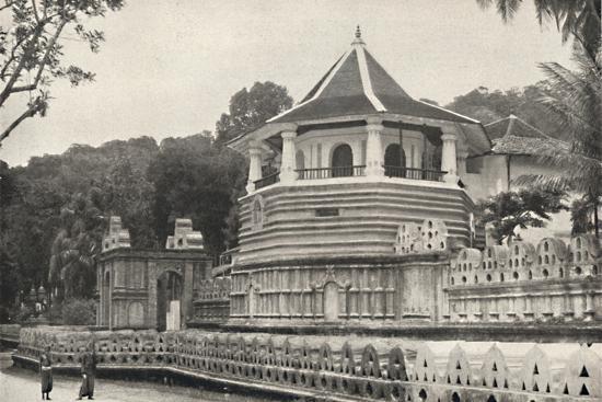 Der Tempel des Hiligen Zahnes Buddhas in Kandy-Unknown-Photographic Print
