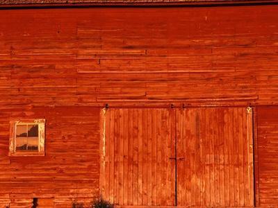 https://imgc.artprintimages.com/img/print/detail-of-a-red-barn_u-l-pzlvo60.jpg?artPerspective=n