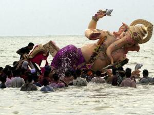 Devotees Immerse a Giant Clay Idol of Hindu Elephant-Headed God Ganesh into the Arabian Sea, Bombay