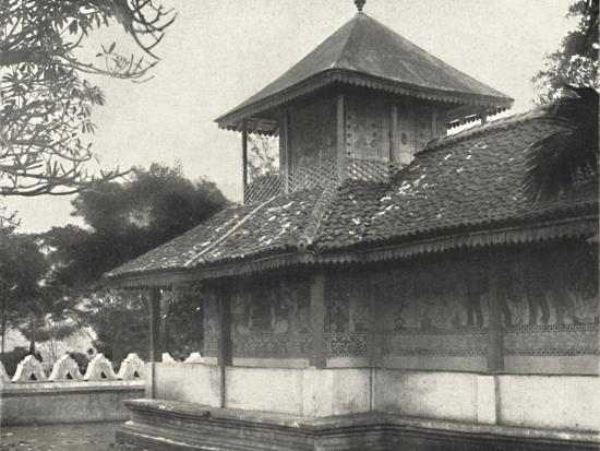 'Dewale (s. Tafel 58) bei der Dagoba des Heiligen Zahnes in Kandy', 1926-Unknown-Photographic Print